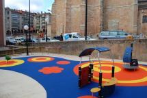 El Ayuntamiento de Soria instala una nueva zona de juegos infantiles en el entorno de la Concatedral