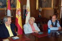 El pianista soriano Miguel Ángel Muñoz ha presentado en el Ayuntamiento su nuevo disco, un homenaje a Frederic Chopin