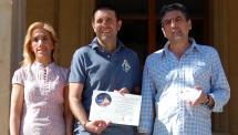 Álvaro García Huerta, ganador del concurso MMS de Mayo, recoge su premio en el Ayuntamiento