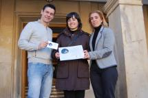La ganadora del concurso MMS de Enero, Mª Rosario Vicente Verdejo, recoge su premio en el Ayuntamiento