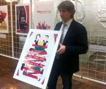 El alcalde muestra el cartel ganador.
