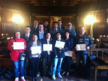 Alumnos y profesores con sus diplomas.