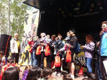 Imagen de los participantes más jóvenes en el podio de trofeos.