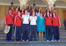 El equipo femenino de balonmano ha sido recibido en el Ayuntamiento por la concejala de Deportes.