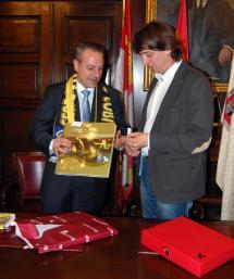 Recepción en el Ayuntamiento al presidente de la Federación de Balonmano, Francisco Blázquez.