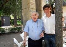 El alcalde Carlos Martínez junto al poeta Antonio Gamoneda, que esta mañana ha visitado la Feria.