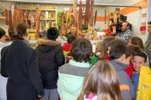 El Ayuntamiento acerca su mercado municipal a más de 500 escolares en colaboración con la Junta y ASOCOMM