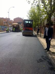 El concejal de Servicios Locales visita la campaña de asfaltado.