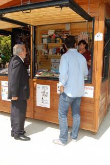Jesús Bárez, concejal de Cultura, visita uno de los expositores.