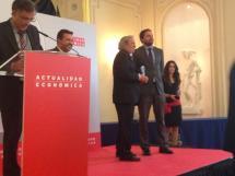 Jesús Bárez recoge el premio de la revista Actualidad Económica.
