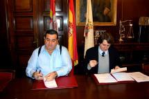 Alberto Santamaría y Carlos Martínez firman el acuerdo de colaboración.
